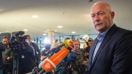 Der FDP-Politiker Thomas Kemmerich spricht am Freitag im Erfurter Landtag mit der Presse.