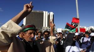 Libyer stürmen Lager islamistischer Milizen