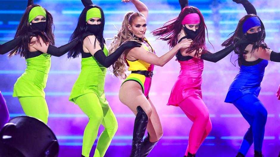 """Gut versichert? Jennifer Lopez  tritt beim Wohltätigkeitskonzert """"Vax Live: The Concert to Reunite the World"""" im SoFi Stadium in Unterstützung der globalen Impfkampagne gegen das Coronavirus auf"""