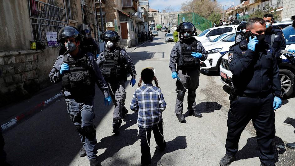Polizisten auf Streife in dem ultraorthodoxen Jerusalemer Stadtteil Mea Shearim.