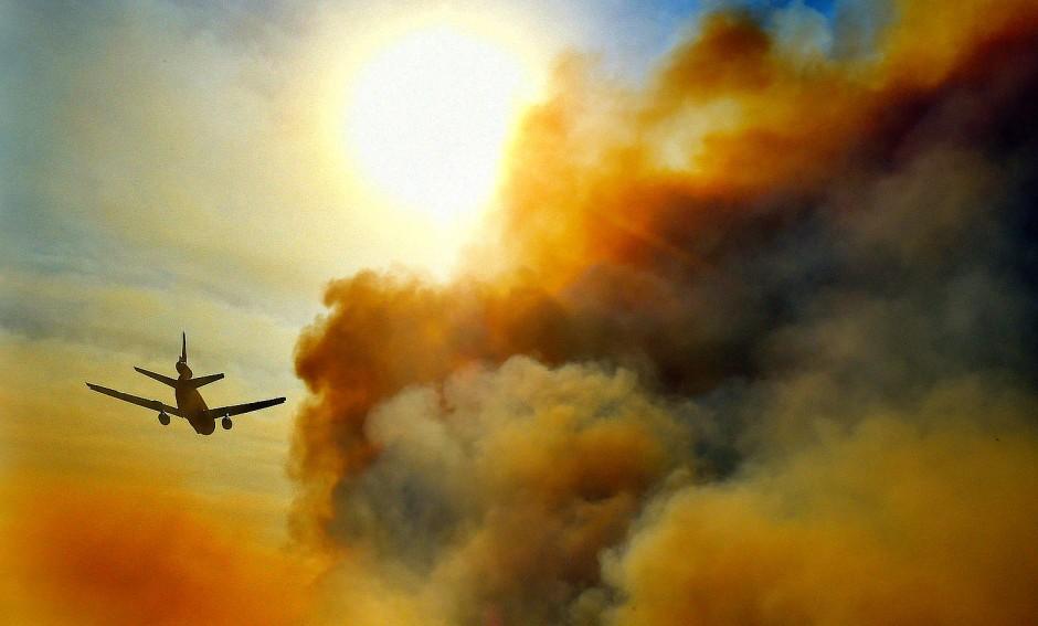 Ein Flugzeug vom Typ DC-10 fliegt über Anaheim Hills, Kalifornien,  kurz vor dem Abwerfen einer Ladung Löschmittel über einem Waldbrand.