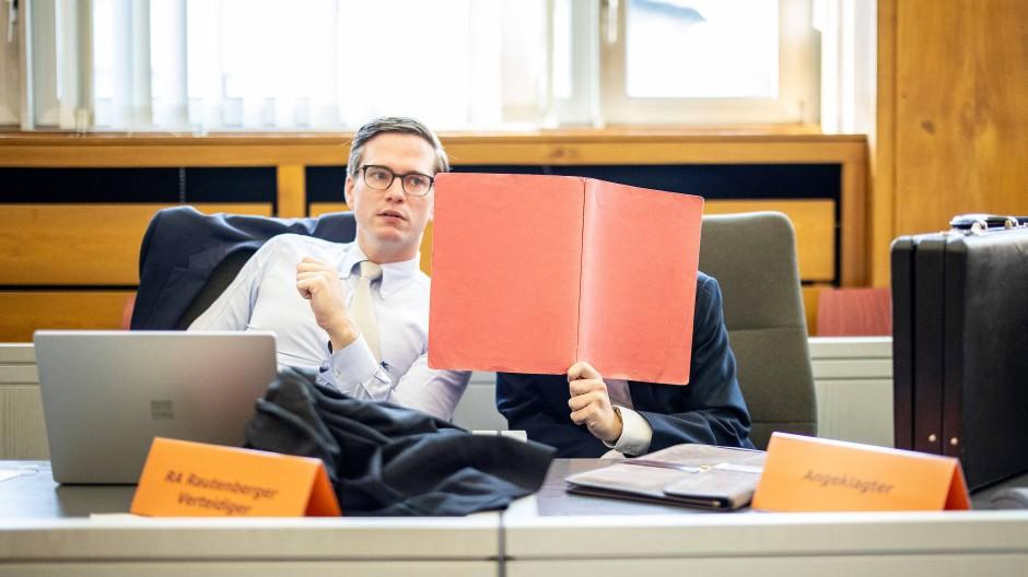 Der Angeklagte im Gerichtssaal in Essen neben seinem Anwalt