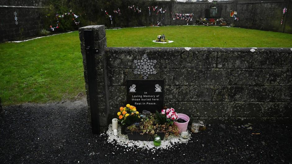 Auf dem Friedhof von Tuam, Irland, entdeckte eine Heimathistorikerin vor sechs Jahren ein Massengrab von fast 800 Säuglingen. Ihr Fund löste eine Untersuchung aus