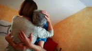 Eine Prostituierte liebkost 2014 den körperlich und geistig behinderten Roland in Limbach (Bayern).