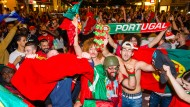 Wenigstens für sie hat es sich gelohnt: Portugiesen feiern ausgelassen den Sieg ihrer Nationalelf bei der EM in Frankreich.