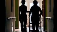 Für Menschen in Arbeit kann sich die Pflege von Familie oder Freunden finanziell lohnen.