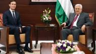 Vom Friedensvertrag zwischen Palästinensern und Israelis wohl noch weit entfernt: Jared Kushner und Präsident Mahmud Abbas im Juni in Ramallah