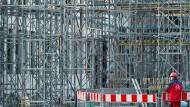 Ein Bauarbeiter vor einer Baustelle in Nürnberg. Die Bauzinsen sind erneut gefallen.