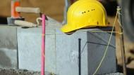 Duroplastische Kunststoffe, wie sie für Bauhelme verwendet werden, sind besonders schwierig zu recyclen.