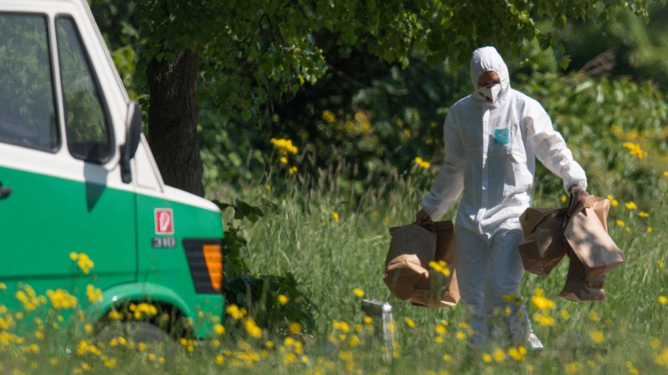 Bei der Spurensicherung: Ein Mitarbeiter der Polizei am Fundort der Leiche im Frankfurter Niddapark