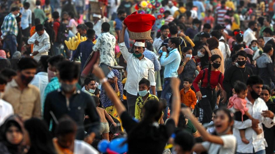 Haben die meisten das Coronavirus schon gehabt? In Bombay sieht der Alltag ähnlich aus wie vor der Pandemie.