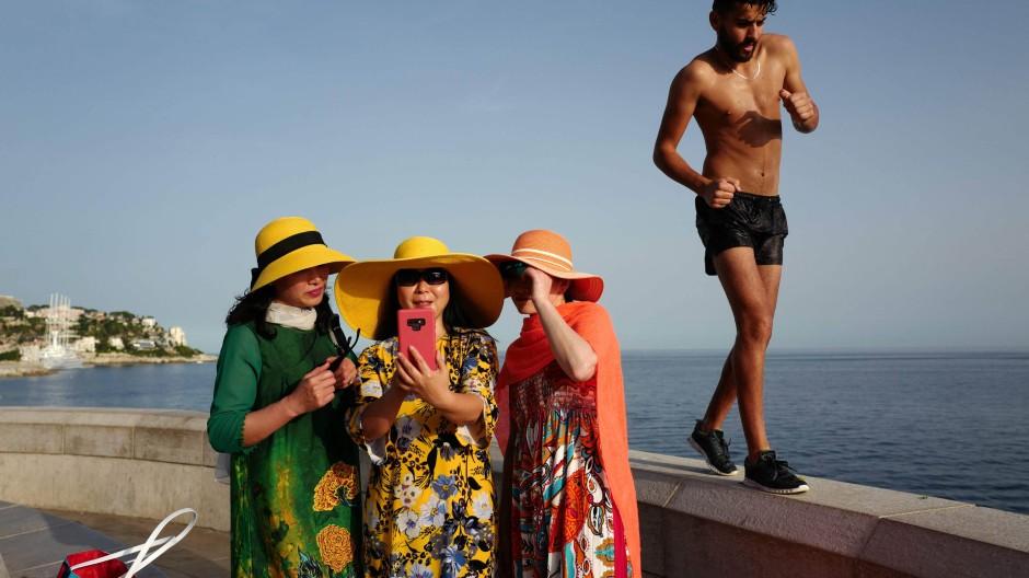 Wenigstens schämen sie sich nicht auch noch: Touristinnen an der Côte d'Azur.