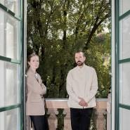 Ihre Arbeitstage verbringen Lucie und Luke Meier in Mailand an einem Ort mit schönem Balkon.