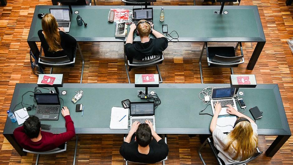 Studentinnen und Studenten in der Universitätsbibliothek der Humboldt-Universität zu Berlin
