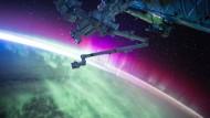 """Ein Nordlicht ist von allen Seiten umwerfend anzusehen, auch von oben. Astronaut Scott Kelly twitterte zu diesem Bild: """"So etwas habe ich noch nie gesehen - ein rotes Nordlicht. Wie spektakulär!"""""""