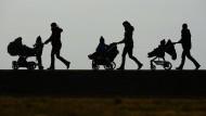 Drei Mütter mit Kinderwagen: Auch untereinander ist das Mutterdasein nicht von solidarischer Hilfe gekennzeichnet. Vielmehr herrscht ein unbegründeter Konkurrenzdruck.