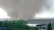 Ein Tornado zieht über eine Gartenanlage im Raum Viersen am Niederrhein hinweg.