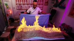 Ein brennendes Handtuch gegen Muskelschmerzen