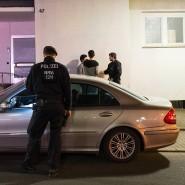 Polizisten in Essen kontrollieren den Mercedes zweier junger Männer.