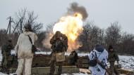 Prorussische Separatisten feuern in der Nähe von Debalzewe auf Stellungen der ukrainischen Armee (Foto vom 11. Februar).