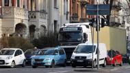 Nicht gerne gesehen: Lastwagen, die durch Wiesbaden hindurchfahren und zum Beispiel auf dem ersten Ring die Luft verschmutzen.