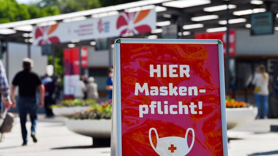 """""""Hier Maskenpflicht"""" ist am 2. Juni auf einem Hinweisschild am Eingang der Bundesgartenschau in Erfurt zu lesen."""