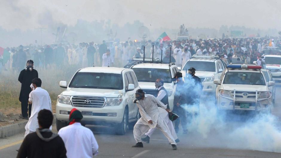 Mit Tränengas und Gummigeschossen versucht die Polizei, die Oppositionellen zu stoppen
