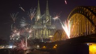 Der Schein trügt: Während die Raketen den Silvesterhimmel in Köln stimmungsvoll erleuchteten, brach auf der Domplatte das Chaos los.