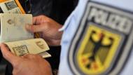 Passkontrolle der Bundespolizei am Flughafen in Frankfurt (Archivbild).