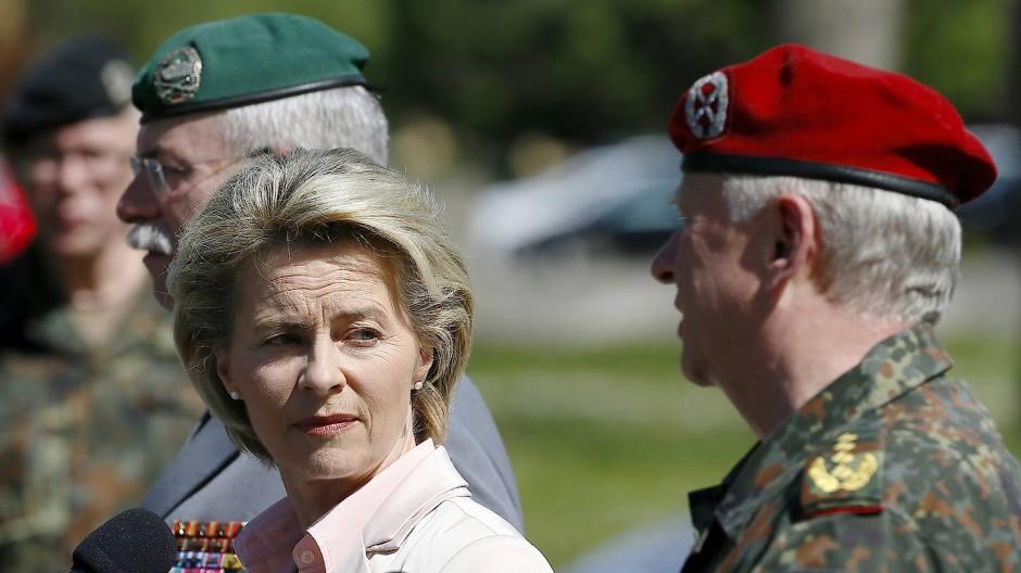 Zunehmend unter Druck: Verteidigungsministerin von der Leyen (CDU) am Donnerstag bei ihrem Besuch in Illkirch