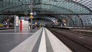 Verwaister Bahnhof am Freitag in Berlin