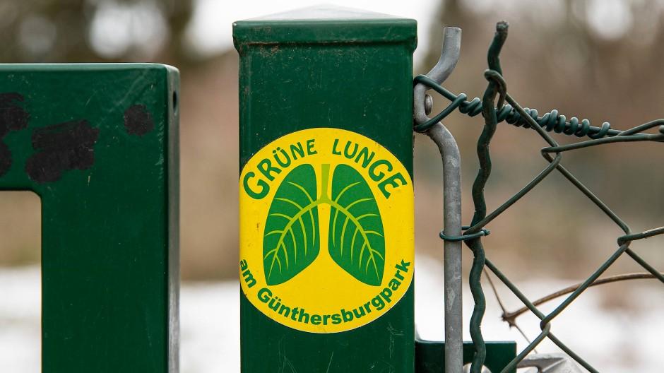 Am Günthersburgpark im Frankfurter Nordend soll ein Wohnquartier entstehen - Grüne und Bürgerinitiativen sind dagegen.