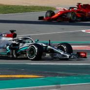 Ferrari-Pilot Sebastian Vettel (hinten) und Weltmeister Lewis Hamilton im Mercedes bei den Testfahrten in Barcelona