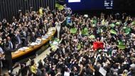 Siegesrausch: Gegner Rousseffs feiern im Parlament die Einleitung eines Verfahrens zur Amtsenthebung der Präsidentin.
