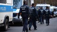 Polizisten bei einer vorherigen Suchaktion nach Rebecca am 07. März (Archivbild)