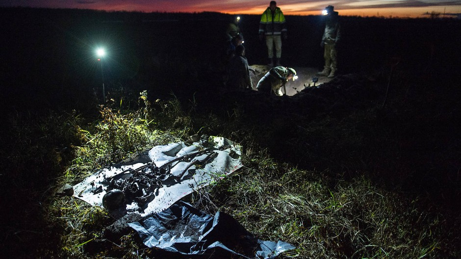 Auf einer Plane sind die Knochen eines gefallenen Soldaten aus der Schlacht um die Tannebergstellung 1944 ausgebreitet.