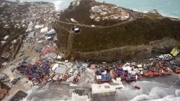 Helikopterflug über zerstörte Insel