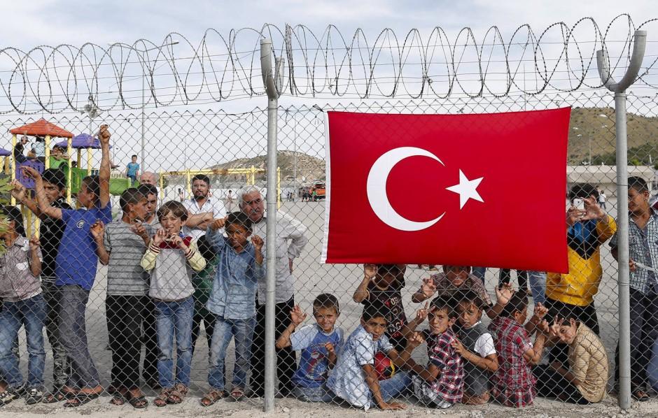 Syrische Flüchtlinge warten am 23. April 2016 im Flüchtlingslager im türkischen Nizip auf den Besuch von Kanzlerin Angela Merkel