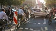 Am Frankfurter Opernplatz kommen sich Radler und Autofahrer besonders nahe.