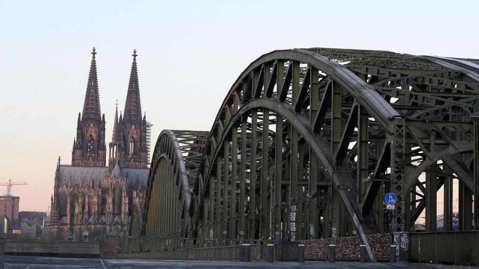 Sonderrechte: Glaubensgemeinschaften sollen sich auf dem kurzen Dienstweg dagegen wehren können, dass ihre Gotteshäuser unter Schutz gestellt werden. Das zielt nicht auf den Kölner Dom, sondern auf Nachkriegskirchen.