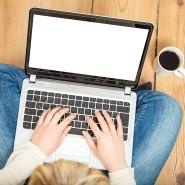 Gemütlich zuhause statt in stinkenden Umkleidekabinen – das ist zumindest das Versprechen von Online-Shopping.