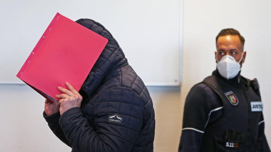 Im Missbrauchskomplex Bergisch Gladbach ist im Dezember der Administrator einer Pädophilen-Chatgruppe zu zwei Jahren und neun Monaten Haft verurteilt worden. Nun kam es zu weiteren Festnahmen. (Archivbild)