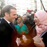 Gibt sich volksnah: Emmanuel Macron schüttelt während seines Besuchs in Bourtzwiller einer Frau die Hand.