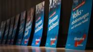 Auf Wahlplakaten ist Werbung deutlich zu sehen und ihre ist Finanzierung einigermaßen transparent – aber wie sieht es mit gratis Wochenzeitungen aus, die nicht als Spende markiert sind?