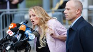 Die frühere Pornodarstellerin Stephanie Clifford (Stormy Daniels) am 16. April mit ihrem Anwalt Michael Avenatti in New York