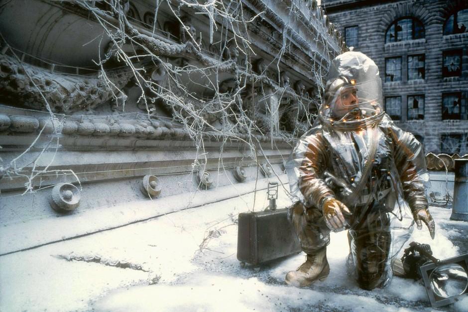 """Nach der Katastrophe: Bruce Willis inspiziert in Terry Gilliams """"Twelve Monkeys"""" eine virenverseuchte Welt"""
