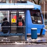 Haltestelle in München: In Bayern gilt jetzt eine Pflicht zum Tragen von FFP2-Masken im Nahverkehr und im Einzelhandel.