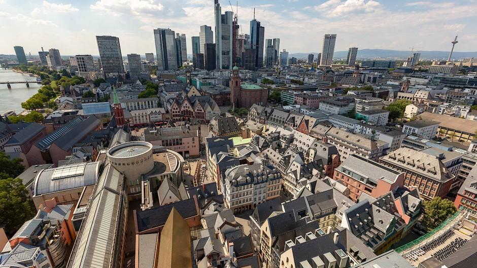 Mit Skyline im Hintergrund: Die neue Altstadt aus der Drohnenperspektive.