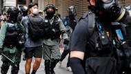Ein junger Mann, der gegen das Sicherheitsgesetz protestiert hat, wird am 27. Mai 2020 in Hongkong abgeführt.