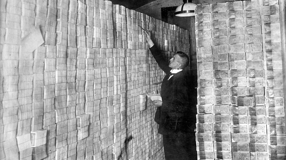 Mit der Staatsverschuldung nach dem Ersten Weltkrieg kam 1923 die Hyperinflation – und die Deutschen stapelten im Keller ihr Geld.